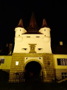 Romania: 7 Terrific Reasons For Visiting Brasov: Ecaterina´s Gate by night