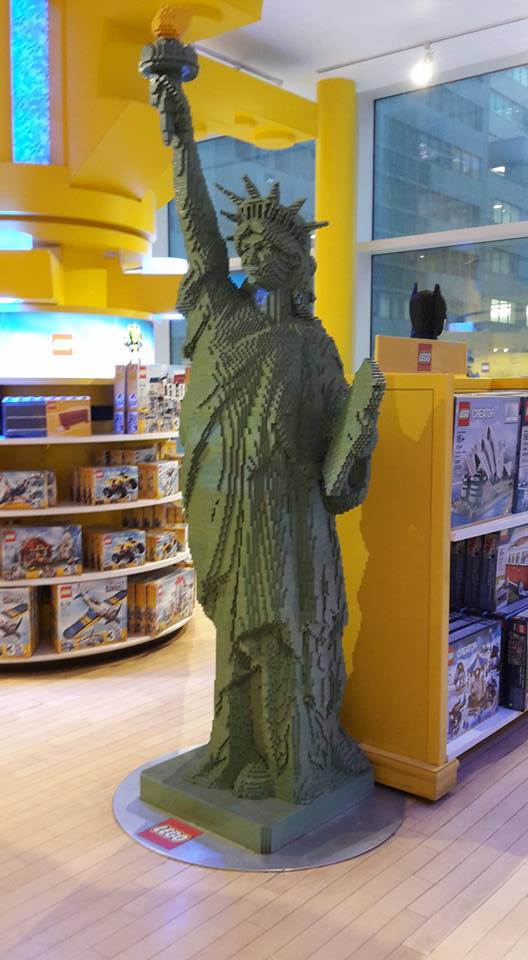 New York City - Replica of Statue of Liberty - FAO Schwartz #solo #travel #usa #nyc #thingstodo