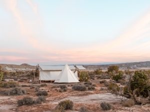 Are you looking for an extraordinary accommodation? Camping or Glamping Under Canvas in Moab, Utah, USA is a one-of-a-kind experiences! And the sunrise is just epic! #travel #wheretostay
